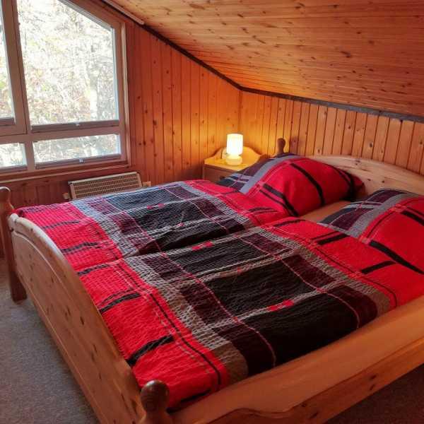 Schlafenzimmer Haus Nora mit Bett 1,80m x 2,00m und TV