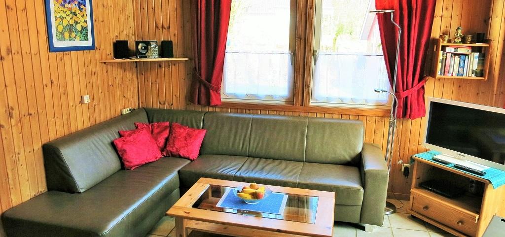 Wohnbereich mit Wohlfühl-Couch des Ferienhaus Lea